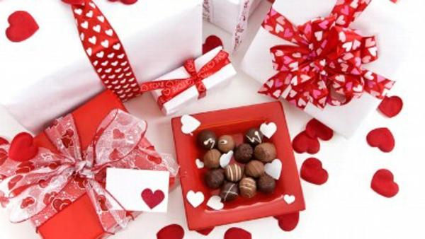 schoko-bonbons-herzen-formen-verpackung-rot-weiß
