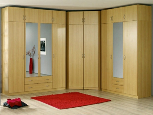 hölzerner-eckschrank-im-schlafzimmer-neben-einem-roten-teppich