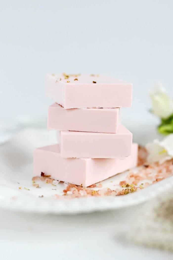 haarseife selber machen, rosa seife mit himalayasalz, seife aus natürlichen zutaten