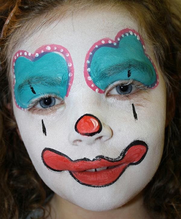 clown schminken - mädchen mit roter farbe um den mund - weiße punkte um den augen