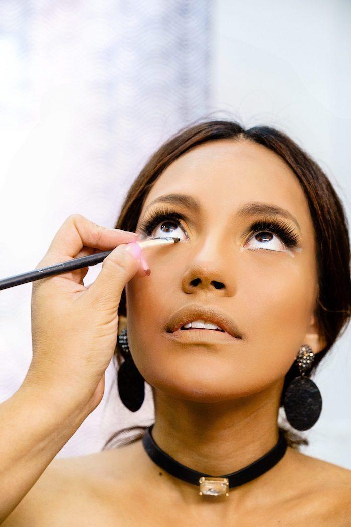 Anleitung für Katze schminken, schwarzen Eyeliner auftragen, Augen Make up