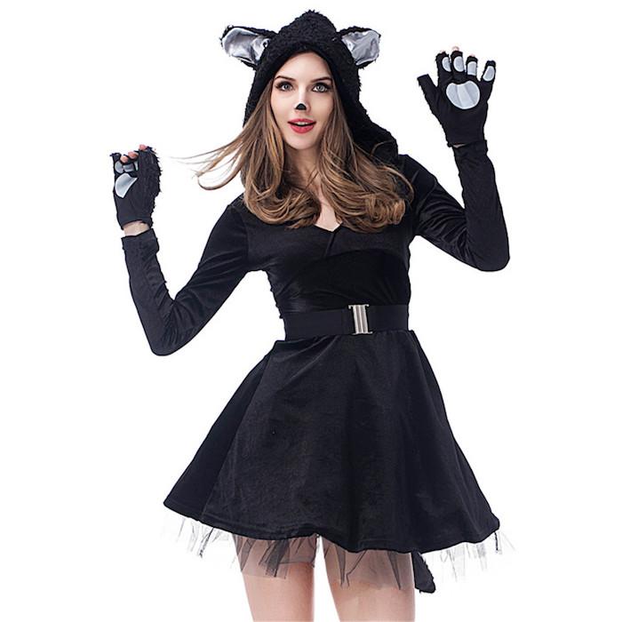 Sich als Katze für Halloween verkleiden, schwarzes Kleid und Kapuze mit Katzenohren, schwarze Katzennase