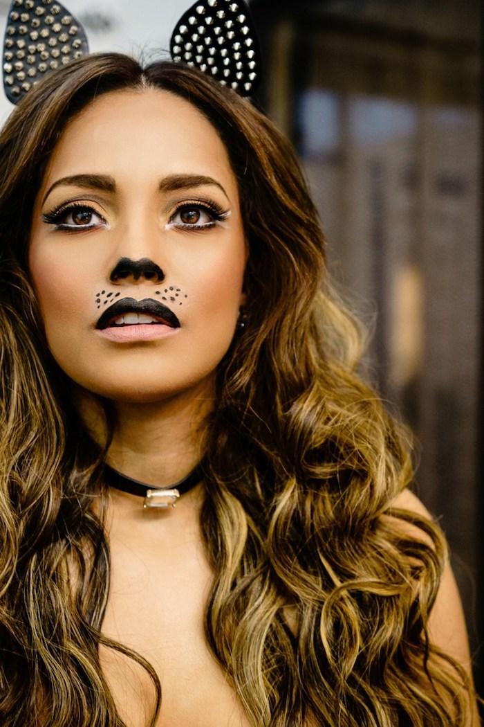 Katze schminken leicht gemacht, Oberlippe und untere Seite der Nase schwarz ausmalen, schwarze Punkte malen