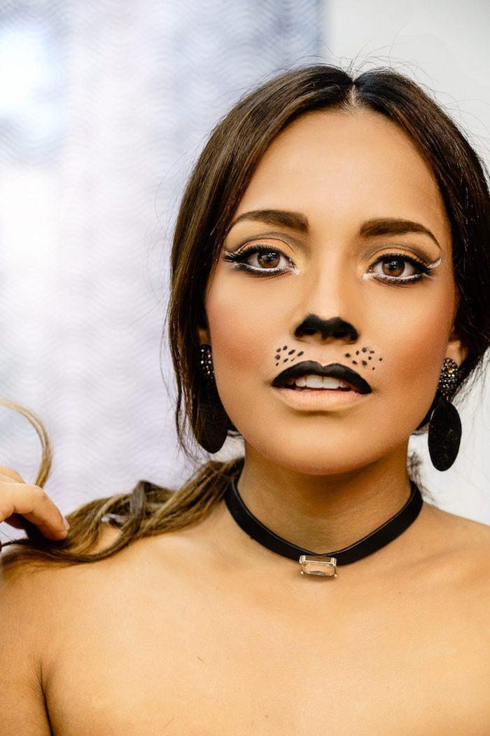 Einfaches Katze Make up, Oberlippe und untere Seite der Nase schwarz ausmalen, schwarze Kette mit Kristall