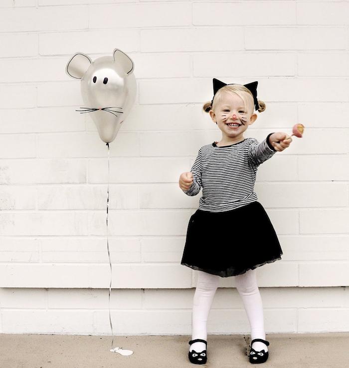 Kinder Make up für Halloween, Schnurrhaare und Katzennase malen, schwarze Katzenohren, Ballon in Form von Maus