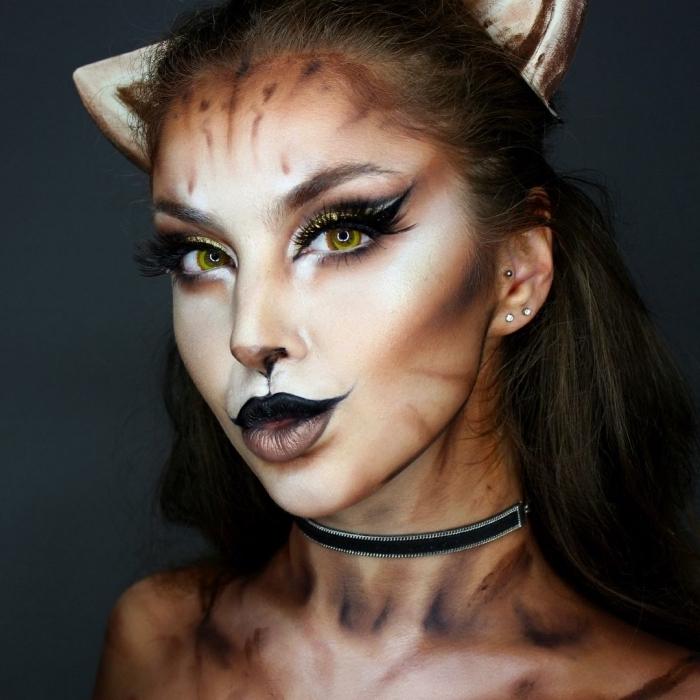 Katze schminken für Halloween, gelbe Kontaktlinsen, schwarzer Lippenstift und Eyeliner, schwarze Wasserschminke