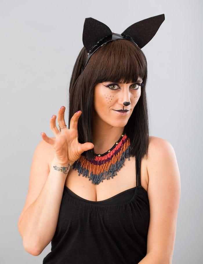 Katze Make up für Halloween und Diadem mit Katzenohren, schwarzes Top und auffällige bunte Kette