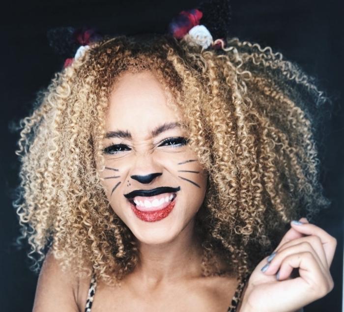 Katze Schminke für Halloween, schwarze Oberlippe und rote Unterlippe mit Glitzer, Nase schwarz ausmalen, Schnurrhaare malen