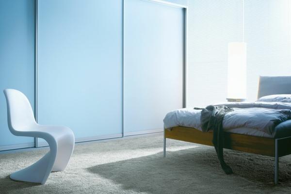 hellblauer-Kleiderschrank-Schiebetüren-Spiegel-modernes-Interior-Design-Wohnideen