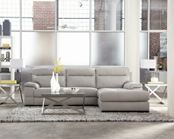 hellgraues sofa graues sofa mit kissen und tablett with. Black Bedroom Furniture Sets. Home Design Ideas