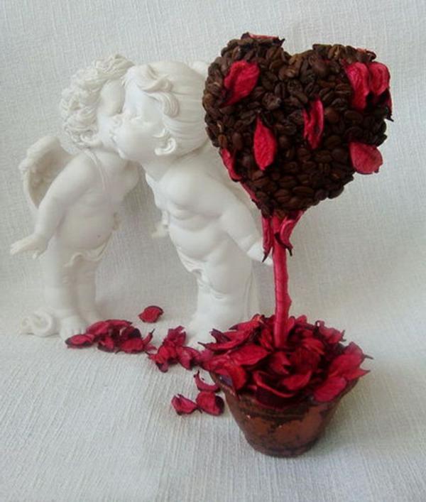 selbstgemachtes-geschenk-aus-rosen-blühten-in-form-von-baum