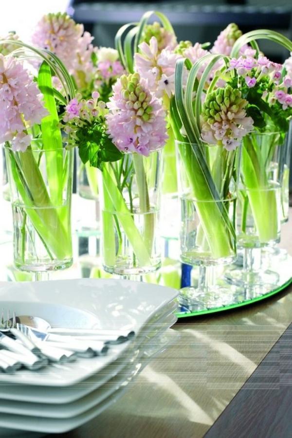 tisch-deko-aus-wasser-gläser-und-hyazinthen