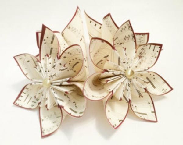 origami-blumen-kreme-weiß-roter-rand