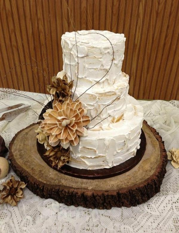 feier zur hölzernen hochzeit - atemberaubende weiße torte