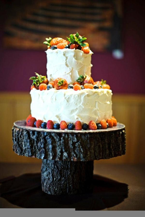 feier zur hölzernen hochzeit - schöne weiße torte mit obst