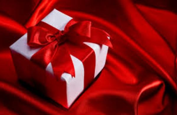 geschenk-weiß-roter-schleife-auf-roter-seide