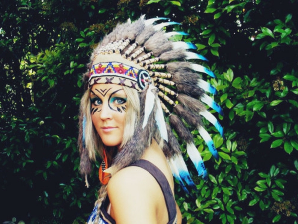 indianer-schminken-cool-bemalte-frau-mit-federn-auf-dem-kopf