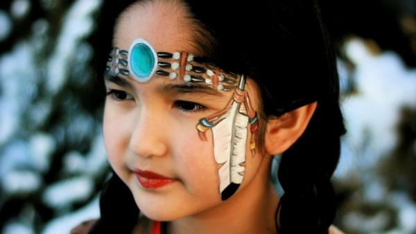 indianer-schminken-kleines-schönes-mädchen-mit-schwarzen-haaren