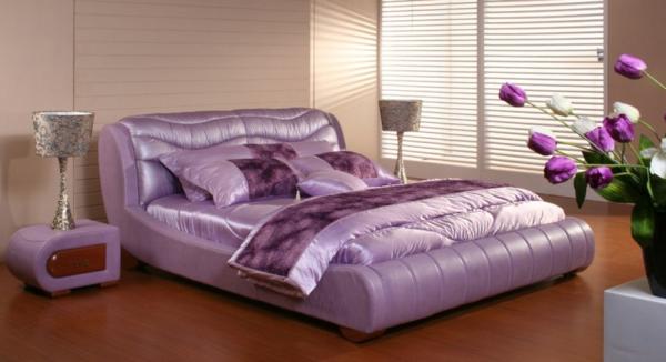 schlafzimmer mit einem attraktiven lila modell vom bett