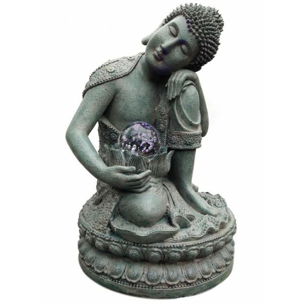 interessanter-Buddha-Brunnen-weißer-hintergrund