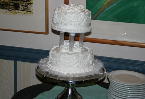 interessantes-design-von-mehrstöckige-torte-zur-hochzeit