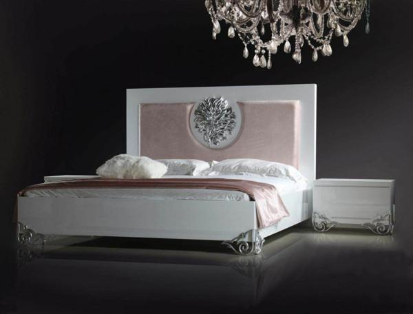 italienische-schlafzimmer-großartiger-kronleuchter-über-dem-bett