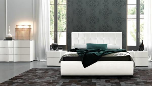 italienische-schlafzimmer-weißes-bett-und-eine-graue-akzentwand