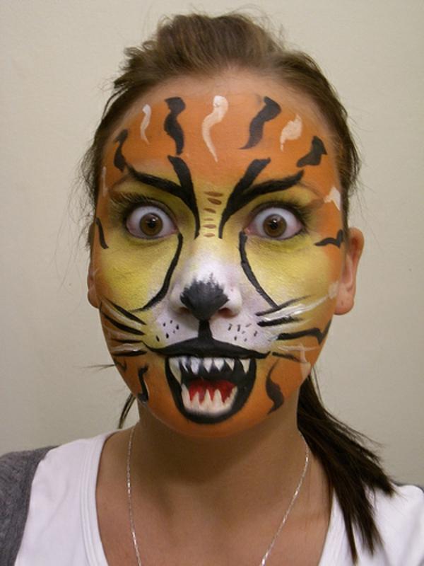 junge-frau-mit-einem-lustigen-tiger-schminken