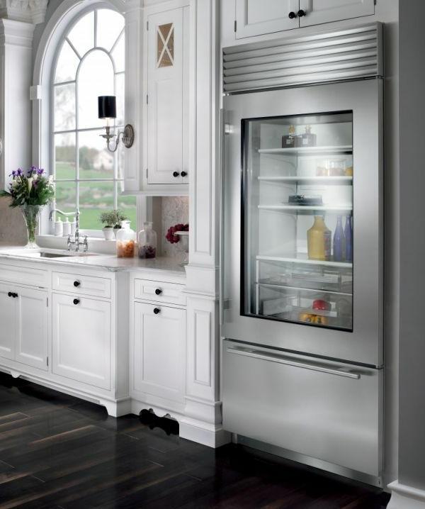 kühlschrank-mit-glastür-moderne-wohnidee-moderne-weiße-küche-wohnideen-für-interior-design