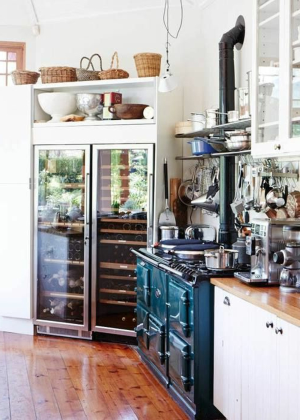 kühlschrank-mit-glastüren-in-der-küche-interior-design-idee-küchenmöbel-design-idee-viele-regale-und-schränke-in-der-küche-eine-kleine-küche-einrichten-einrichtungsideen-für-.die-kleine-küche