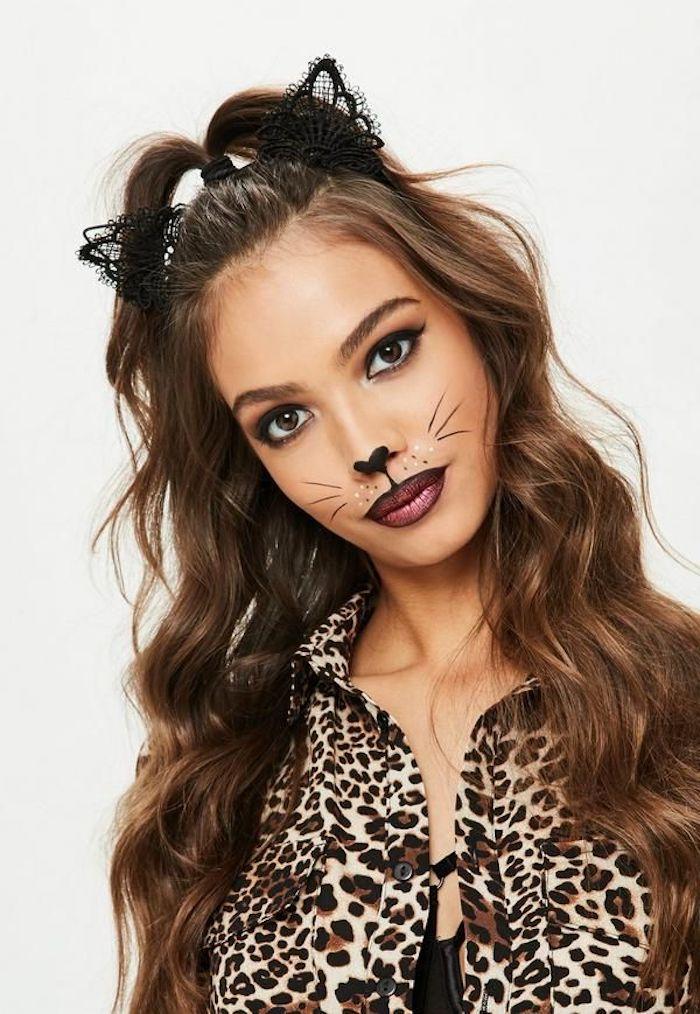 Halloween Schminkideen, Katzennase und Schnurrhaare malen, schwarzen Eyeliner auftragen, Katzenohren aus schwarzer Spitze