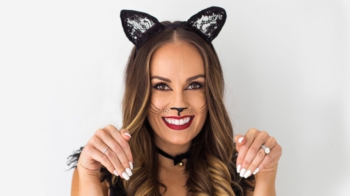 Schminkidee für Halloween, Katzennase und Schnurrhaare, roter Lippenstift und schwarzer Eyeliner, Katzenohren aus Spitze