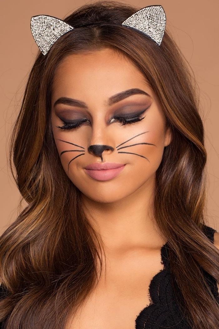 Katze schminken leicht gemacht, Smokey Eyes und matter Lippenstift, Schnurrhaare und Katzennase malen, Katzenohren mit Pailletten