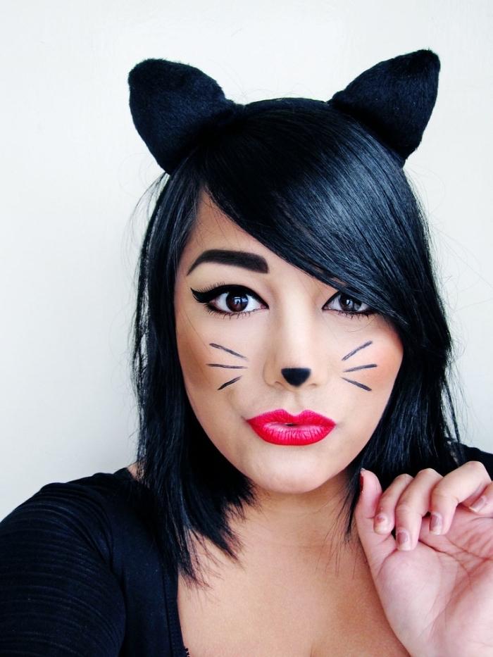 Idee für Halloween Schminke, roten Lippenstift auftragen, Schnurrhaare und Katzennase malen, schwarzen Eyeliner auftragen