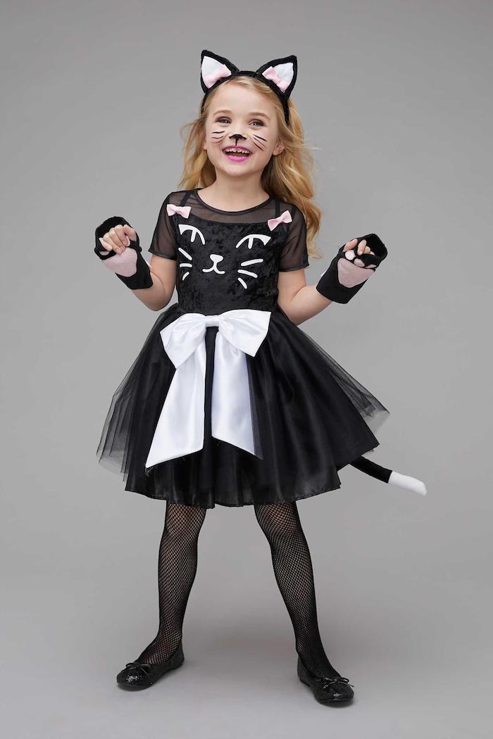 Halloween Kostüme und Make up für Kinder, sich als Katze verkleiden, Schnurrhaare und Katzennase malen
