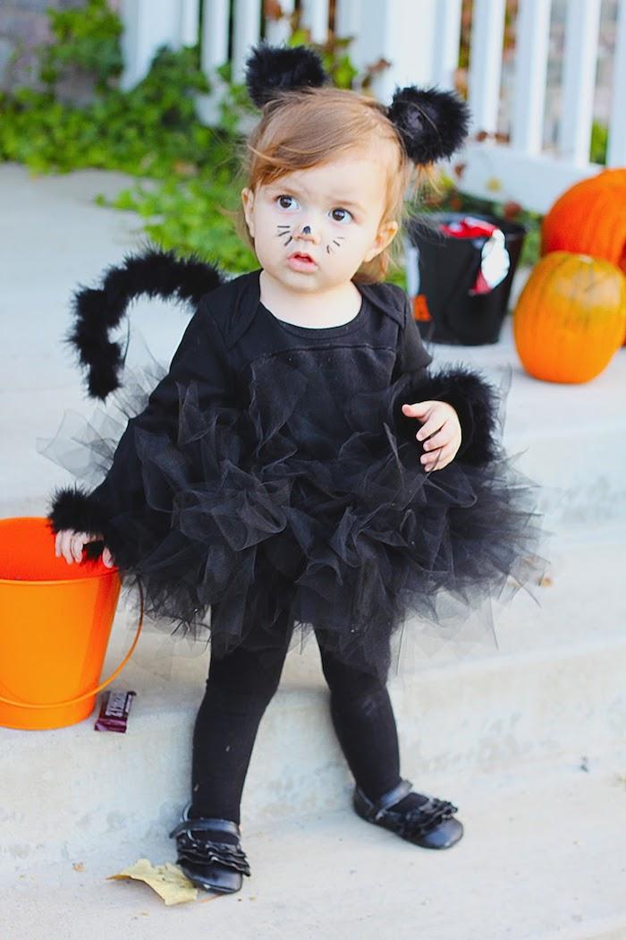 Halloween Kostüm für Kinder, sich als Katze verkleiden, schwarzes Kleid mit Schwanz und Katzenohren