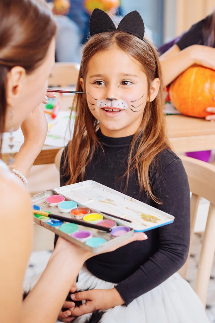 Halloween Make up für Kinder, Mädchen als Katze schminken, Schnurrhaare mit schwarzer Wasserschminke malen