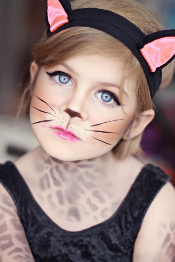 Halloween Make up für Kinder, Katze Schminke, schwarzer Eyeliner und pink Lipgloss, schwarze Schnurrhaare