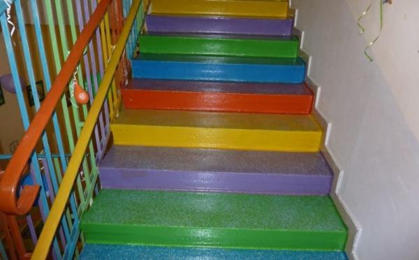 kindergarten-mit-regenbogen-motiven-coole-treppen-in-bunten-farben-ganz-süß-und-attraktiv-aussehen
