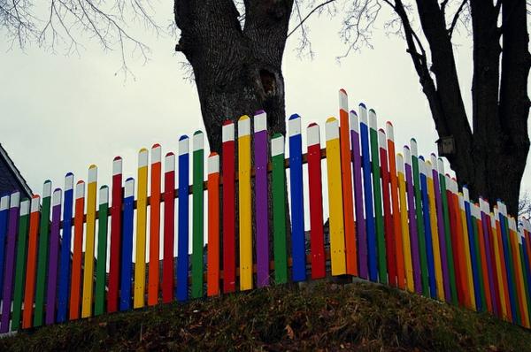 kindergarten-mit-regenbogen-motiven-cooles-design-vom-modernen-zaun-in-bunten-farben