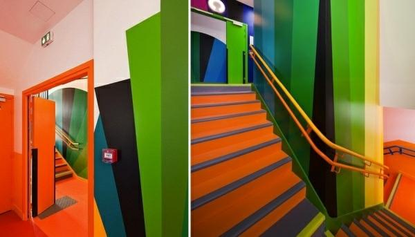 kindergarten-mit-regenbogen-motiven-interessante-orange-treppen-und-moderne-wandgestaltung-für-innenraum-zwei-inspirierende-bilder