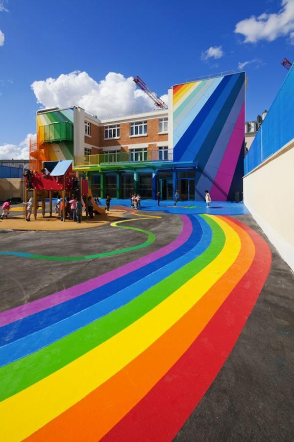 kindergarten-mit-regenbogen-motiven-moderne-und-attraktive-außengestaltung