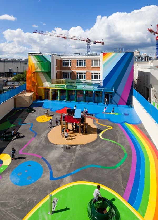 kindergarten-mit-regenbogen-motiven-wunderschöne-außengestaltung-modern-aussehendes-gebäude-und-interessanter-attraktiver-hof