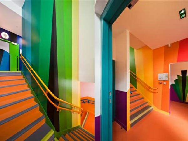 kindergarten-mit-regenbogen-motiven-wunderschöne-orange-treppen-und-wänden-in-bunten-farben