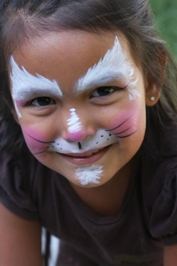 katze schminken - ein wunderschönes lächelndes mädchen - foto vom nahen genommen