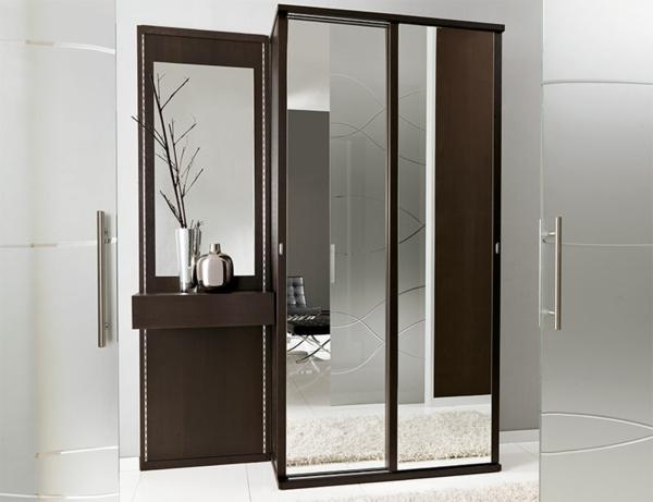 kleiderschrank-aus-holz-mit-einem-großen-spiegel