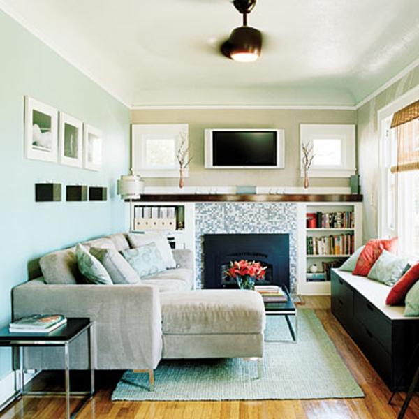 wohnzimmer sofa im raum:große couch und ein schöner kamin im kleinen wohnzimmer
