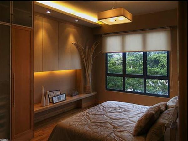 Led beleuchtung im kleinen modernen schlafzimmer mit jalousien