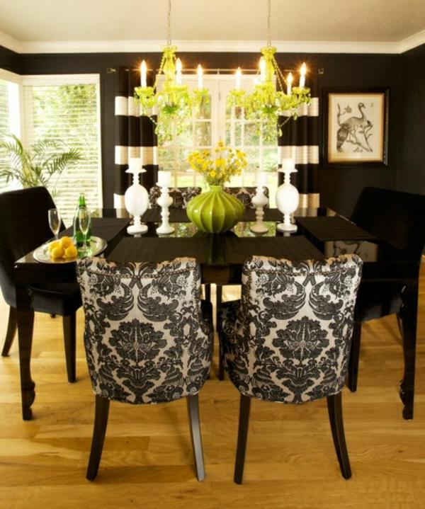schwarz weiße Stühle und Esstisch mit Holz Platte