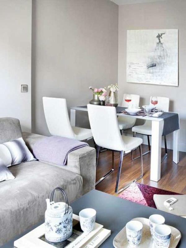 wohnzimmer kleine räume:kleiner wohnraum mit weißen stühlen